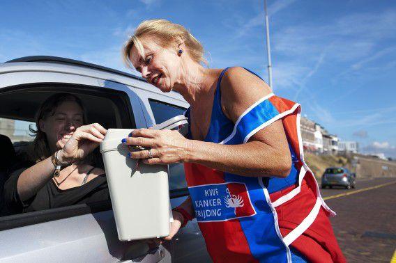 Collectanten van het KWF tijdens de jaarlijkse collecteweek begin deze maand in IJmuiden.