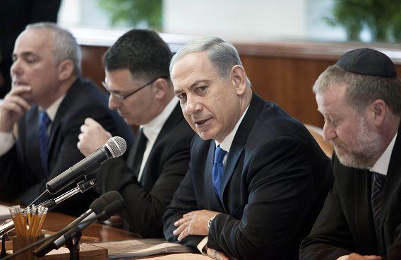De Israëlische premier Benjamin Netanyahu tijdens een wekelijkse bijeenkomst van het kabinet in Jeruzalem. Vrijdag spreekt hij met Kerry over de deal tussen de P5+1 en Iran die mogelijk spoedig wordt gesloten.