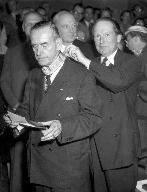 Thomas Mann, Commandeur in de Orde van Oranje-Nassau, krijgt versierselen van Minister Beyen in juli 1955