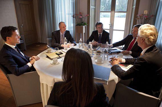 Rutte, Verhagen en Wilders met hun secondanten aan de onderhandelingstafel in het Catshuis begin deze maand. Foto NRC / Maarten Hartman