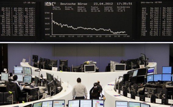 The curve of the DAX board is seen at the Frankfurt stock exchange April 23, 2012. REUTERS/Remote/Kirill Iordansky (GERMANY - Tags: BUSINESS)