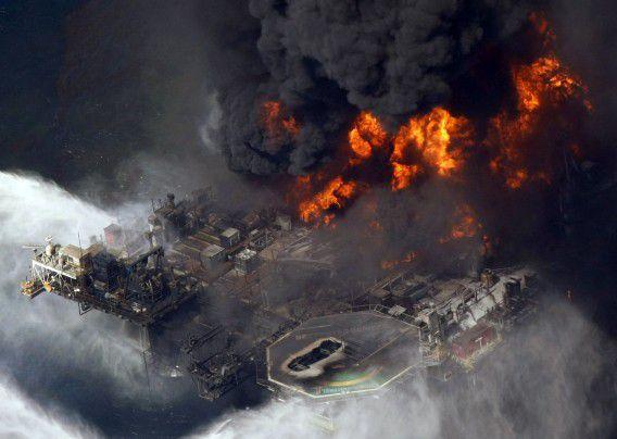 Luchtfoto van 21 april 2010 van het brandende boorplatform