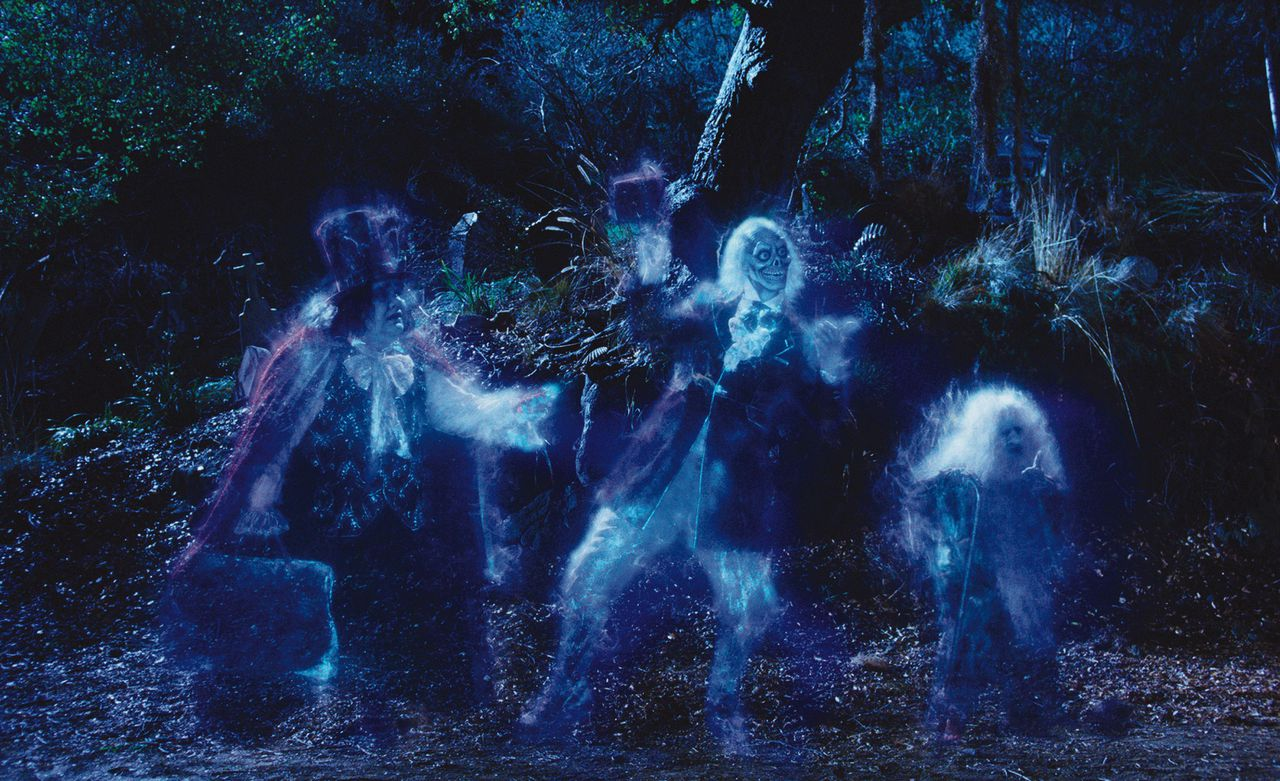 """Overleg van spookschrijvers. Three """"hitchhiking ghosts"""" in a scene from Disney's THE HAUNTED MANSION."""