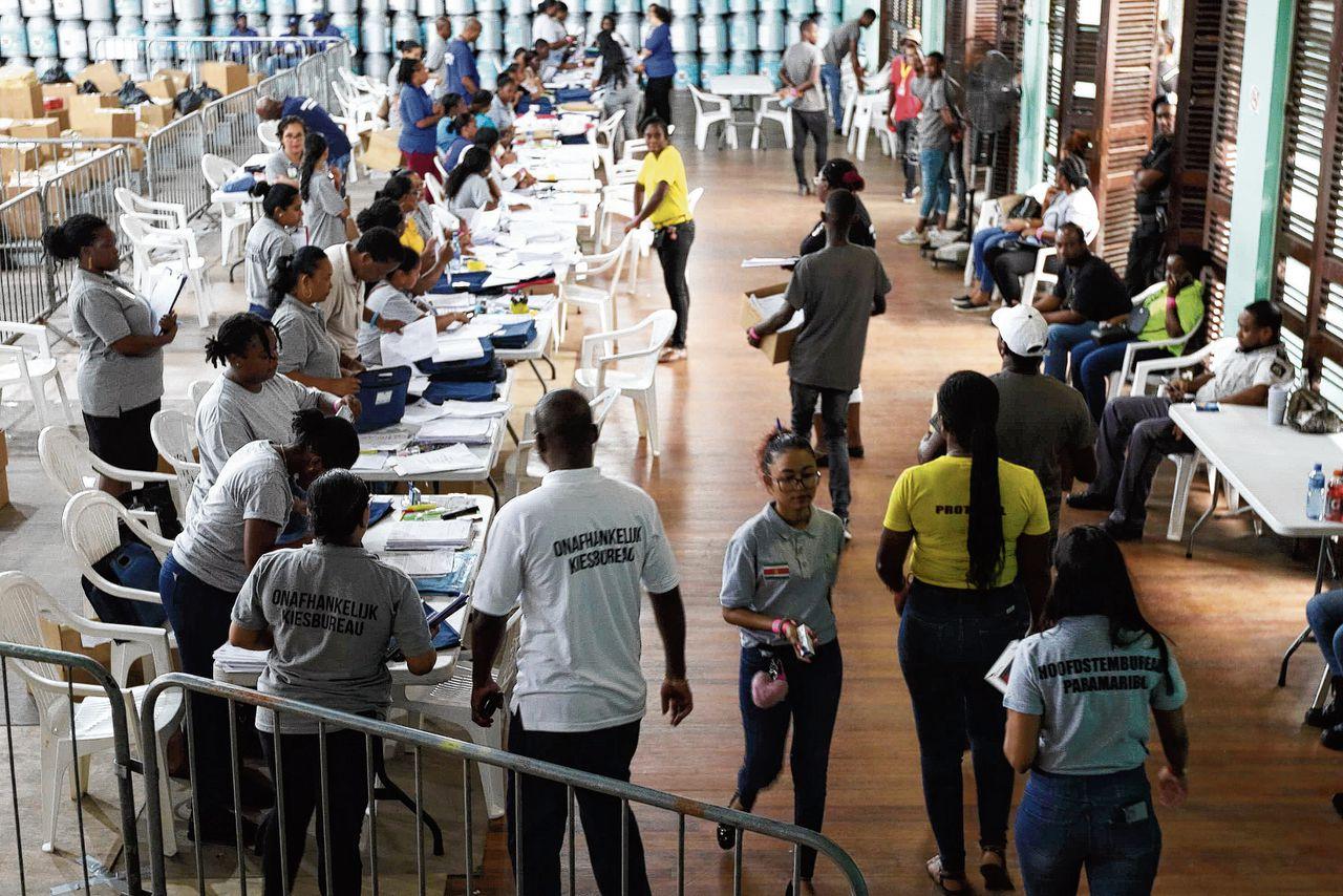 Centraal stemlokaal in Paramaribo.