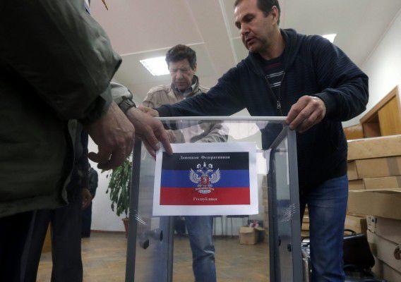 Leden van de zelfverklaarde kiescommissie in de Volksrepubliek Donetsk bereiden een stembureau voor op het referendum.
