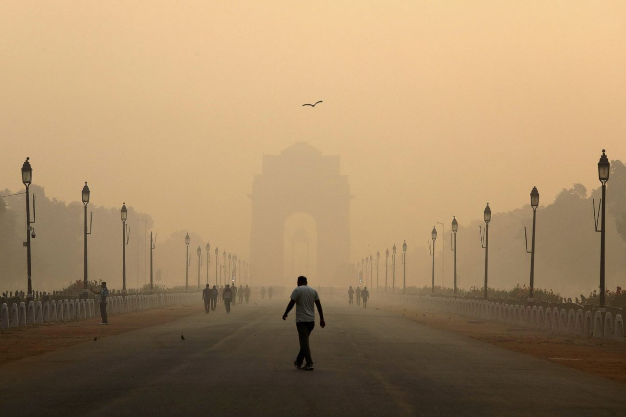 De India Gate in New Delhi gehuld in smog.