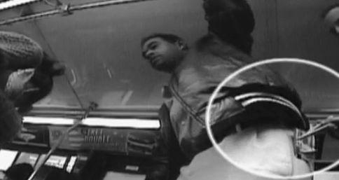 Screenshot uit een promotiefilmpje van Apollo Robbins. Hier steelt hij ongemerkt geld uit de broekzak van een ander.