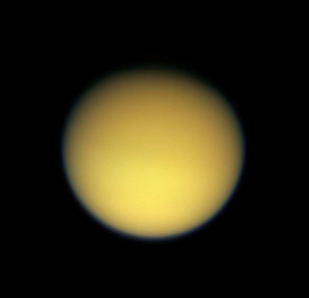 De noordpool van Saturnusmaan Titan is hier in het donker. foto afp Saturn's large, smog-enshrouded moon Titan greets Cassini in full color as the spacecraft makes its third close pass in this view released 17 February by NASA. The northern polar region is largely in darkness at this time. This image was taken with the Cassini spacecraft wide angle camera through using red, green and blue spectral filters were combined to create this natural color view. The image was acquired at a distance of approximately 229,000 kilometers (142,000 miles) from Titan. AFP PHOTO/HO/NASA