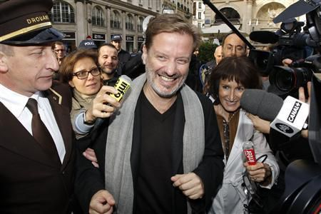 "French author Alexis Jenni (C) is surrounded by the media as he arrives at the Drouant restaurant in Paris November 2, 2011 after he received the literary Goncourt Prize for his novel ""L'Art francais de la guerre"" (The French Art of War). REUTERS/Benoit Tessier"