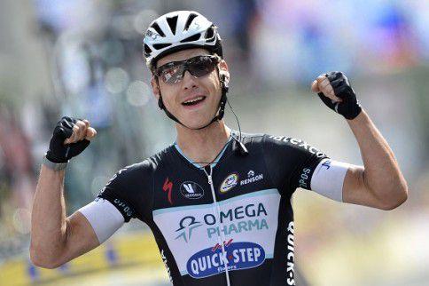 Tony Martin blij nadat hij als eerste de finish heeft bereikt.