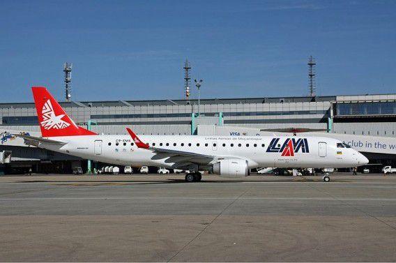Vliegtuig van Mozambique Airlines op de nationale luchthaven Tamba.