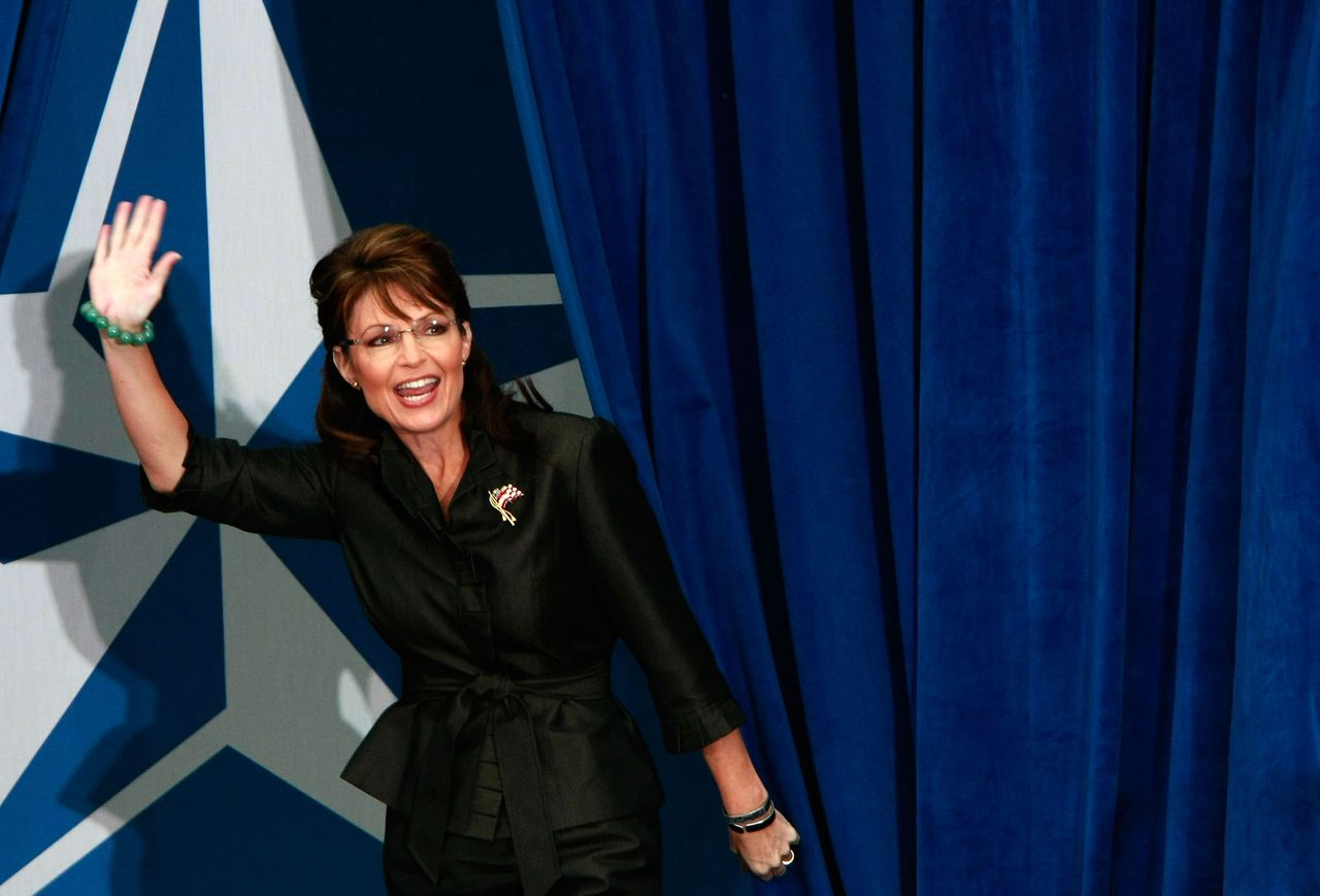Ik, Sarah Palin Sarah Palin is al bezig met de periode ná de verkiezingen. Als McCain volgende week dinsdag verliest van Obama, is zij dé kandidaat om de Republikeinen te leiden. pagina 4 en 5 Foto AFP LEESBURG, VA - OCTOBER 27: Republican vice presidential candidate Sarah Palin greets supporters at a campaign stop at J.R.'s Festival Lakes October 27, 2008 in Leesburg, Virginia. With eight days remaining to the presidential election, candidates from both parties are campaigning heavily in key battleground states such as Virginia. Win McNamee/Getty Images/AFP == FOR NEWSPAPERS, INTERNET, TELCOS & TELEVISION USE ONLY ==