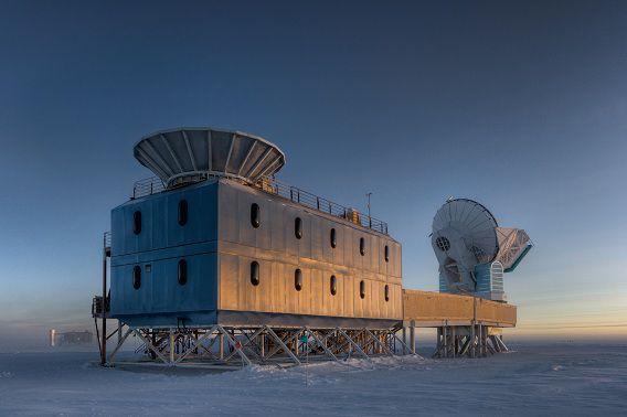 Het Dark Sector Lab, vlakbij de geografische Zuidpool, met de BICEP2 telescoop (links) en de Zuidpool telescoop (rechts).