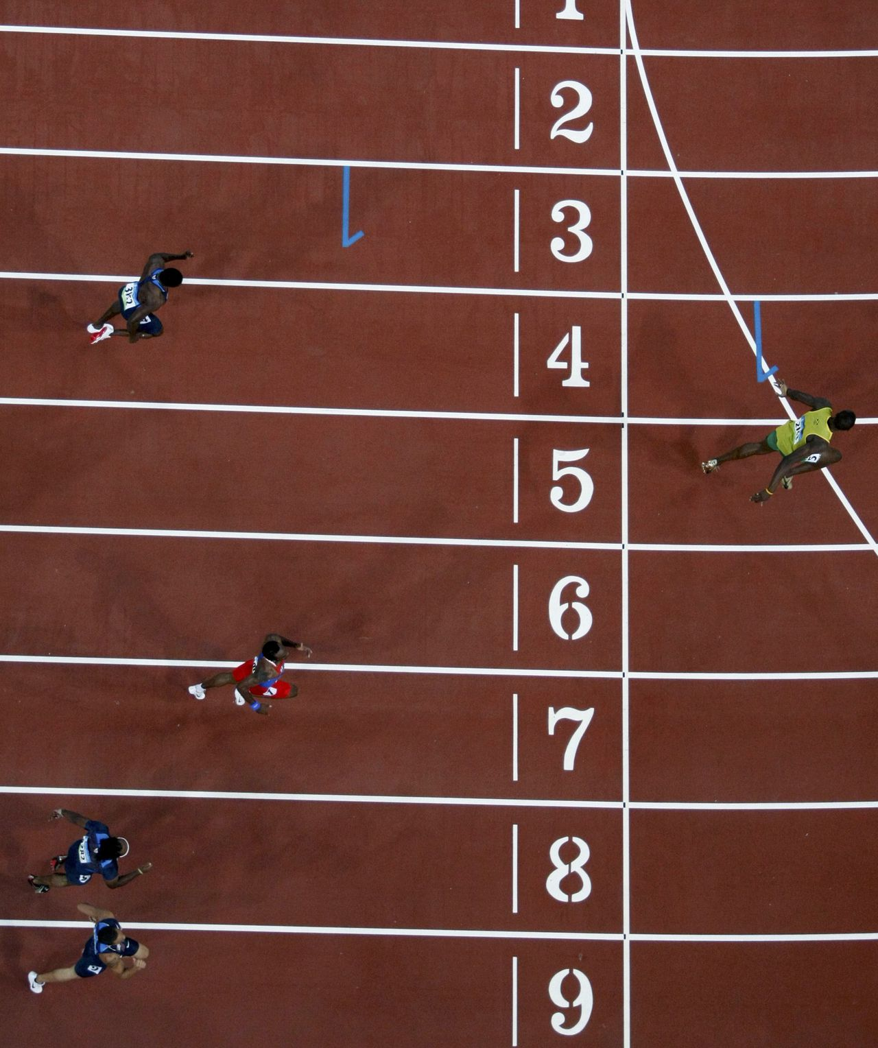 Usain Bolt komt over de finish in een nieuw wereldrecord: 19,30 seconden. Foto Reuters Usain Bolt of Jamaica (5th lane) crosses the finish line to win the men's 200m final of the athletics competition in the National Stadium at the Beijing 2008 Olympic Games August 20, 2008. Bolt set a new world record with a timing of 19.30 seconds. REUTERS/Kim Kyung-Hoon (CHINA)