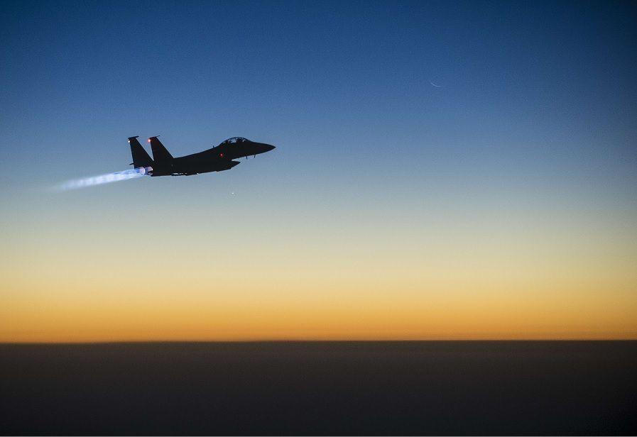Een Amerikaans gevechtsvliegtuig stijgt op om bombardementen uit te voeren boven Syrië.