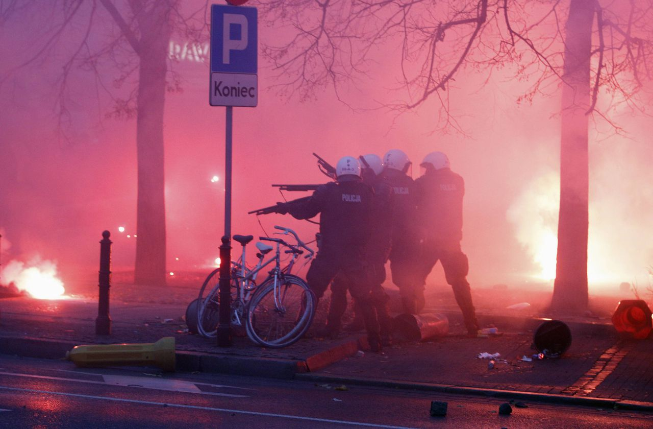 Riot police confronts demonstrators as violence breaks out at a parade celebrating Poland's national holiday in Warsaw November 11, 2012. The police used truncheons to try to break up a crowd of right-wing extremists on Sunday who were pelting them with firecrackers and lumps of concrete. REUTERS/Peter Andrews (POLAND - Tags: ANNIVERSARY CIVIL UNREST TPX IMAGES OF THE DAY POLITICS)