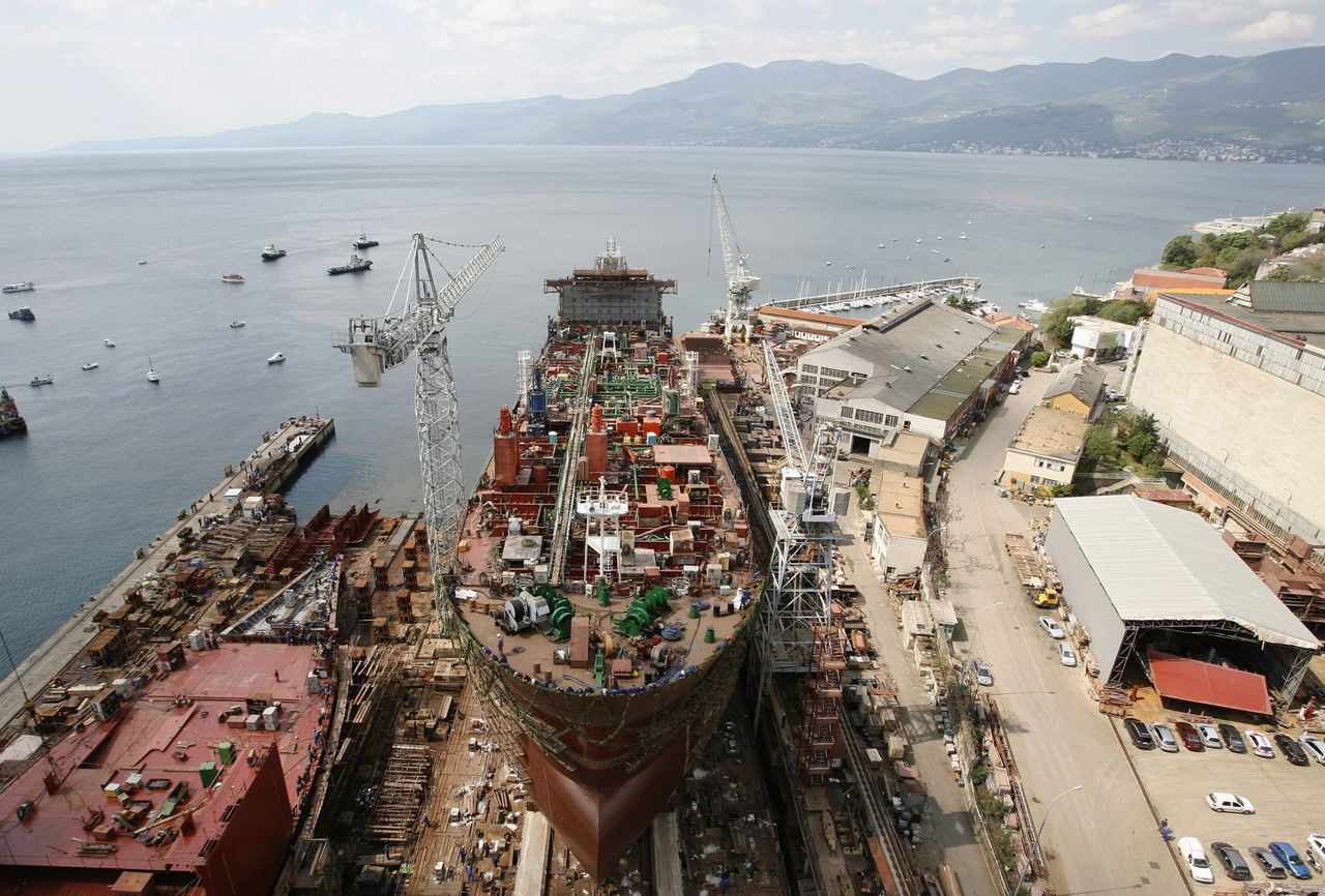 Scheepswerf in het Noord-Kroatische Rijeka. Kroatië moet zijn werven privatiseren, saneren of sluiten om toe te kunnen treden tot de Europese Unie. Foto Reuters A newly built tanker awaits her launch at shipyard '3rd May' in the northern Adriatic port of Rijeka April 26, 2008. The shipyard is one of five Croatian docks that face restructuring or possible closure as Croatia prepares for European Union membership. Picture taken on April 26, 2008. To match feature CROATIA-SHIPYARDS/ REUTERS/Nikola Solic (CROATIA)