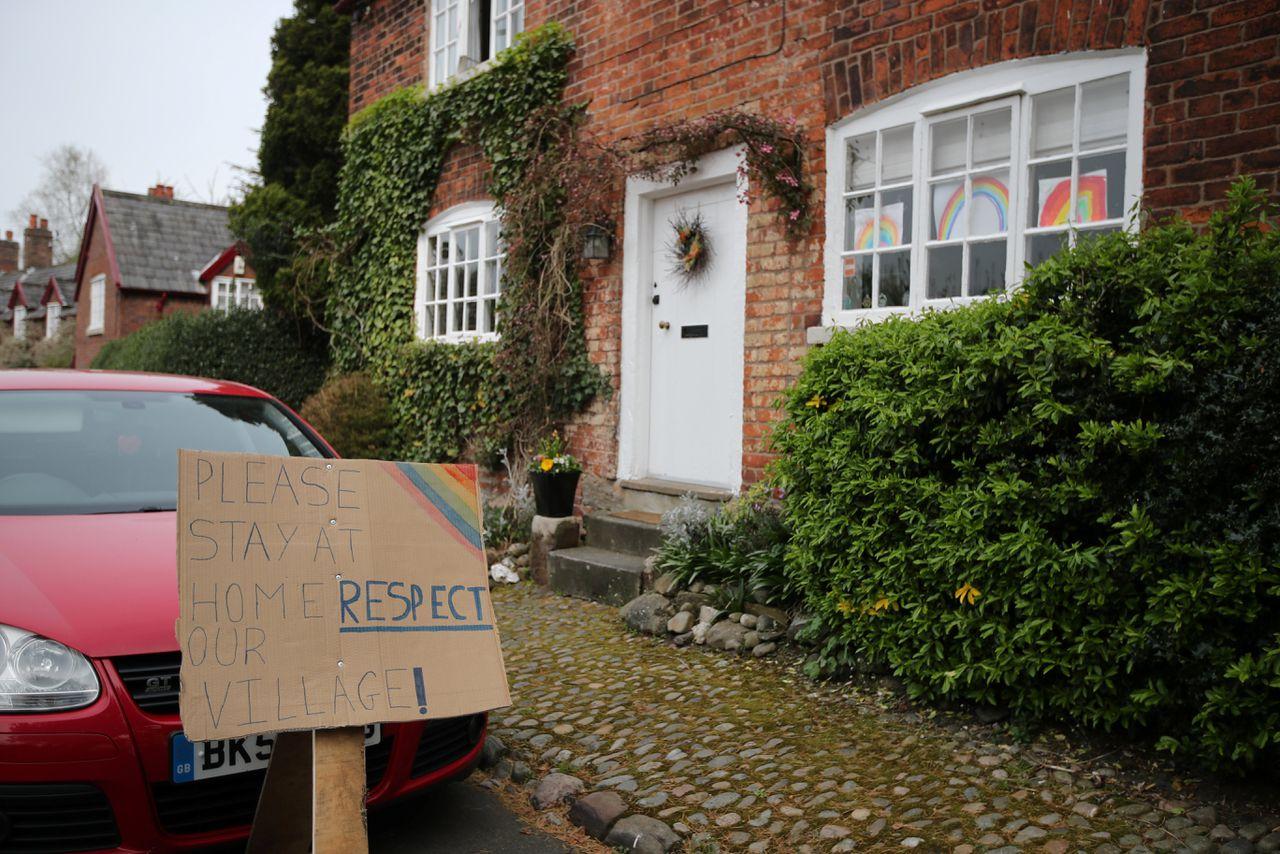 Bewoners van Rostherne, Engeland, vragen vakantiegangers weg te blijven. Foto Molly Darlington/Reuters