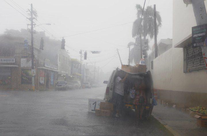 Bewoners in Puerto Rico bereiden zich voor op de komst van de orkaan Irma.