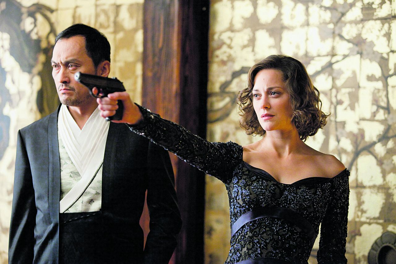 """Scene uit de film Inception (2010) (L-r) KEN WATANABE as Saito and MARION COTILLARD as Mal in Warner Bros. Pictures' and Legendary Pictures' sci-fi action film """"INCEPTION,"""" a Warner Bros. Pictures release."""