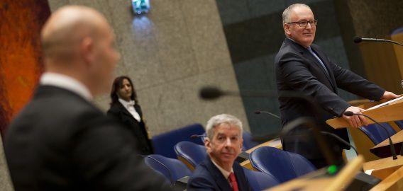 Minister van Buitenlandse Zaken Frans Timmermans (R) en minister Ronald Plasterk tijdens het vragenuurtje in Tweede Kamer.