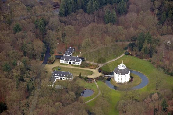 Een luchtfoto van kasteel Drakensteyn.