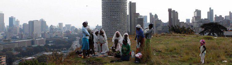 Aanbidders hebben zojuist gebeden voor Pasen en Nelson Mandela boven op een heuvel bij Johannesburg.