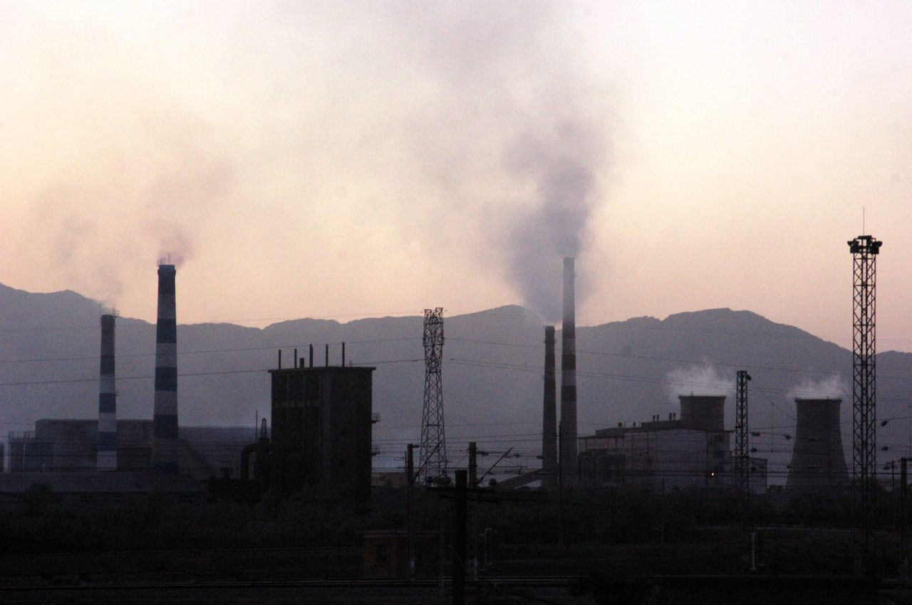 Smoke and dust spew out of chimneys at a factory in Shizuishan, northwest China's Ningxia Hui Autonomous Region in this June 5, 2005 file photo. Six of the world's top polluters meet in Sydney this week to promote clean energy technology as a way to tackle climate change without sacrificing economic growth. The United States, Japan, China, India, Australia and South Korea will hold the first meeting of the Asia-Pacific Partnership for Clean Development and Climate -- a pact they say will complement, not rival, the Kyoto Protocol on greenhouse gases. CHINA OUT REUTERS/China Newsphoto/Files