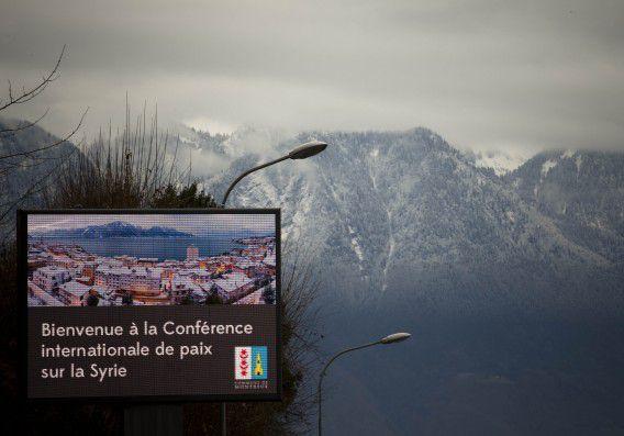 Een welkomstbord bij de ingang van het Zwitserse resort Montreux waar de vredesconferentie over Syrië plaatsvindt. Vermoedelijk worden de gesprekken vrijdag in Genève vervolgd.