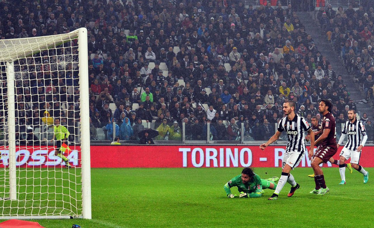 2014-11-30 00:00:00 epa04509894 Torino's defender Bruno Peres (R) scores the goal of 1-1 during the Italian Serie A soccer match between Juventus FC and Torino FC at Juventus Stadium in Turin, Italy, 30 November 2014. EPA/ANDREA DI MARCO