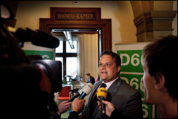 Gisteren: minister De Jager arriveert bij de kamer van D66 voor verder overleg met de 5 fractievoorzitters over het Lenteakkoord.