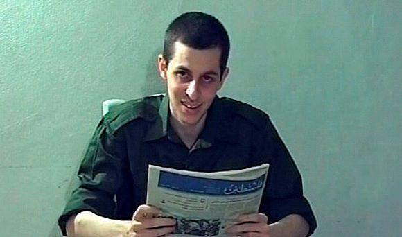 De door Hamas gevangen genomen Israëlische soldaat Gilad Shalit op archiefbeeld, oktober 2009. Foto Reuters