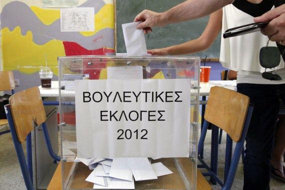 Een burger brengt zijn stem uit tijdens de Griekse Verkiezingen vandaag in een stembureau in Athene.