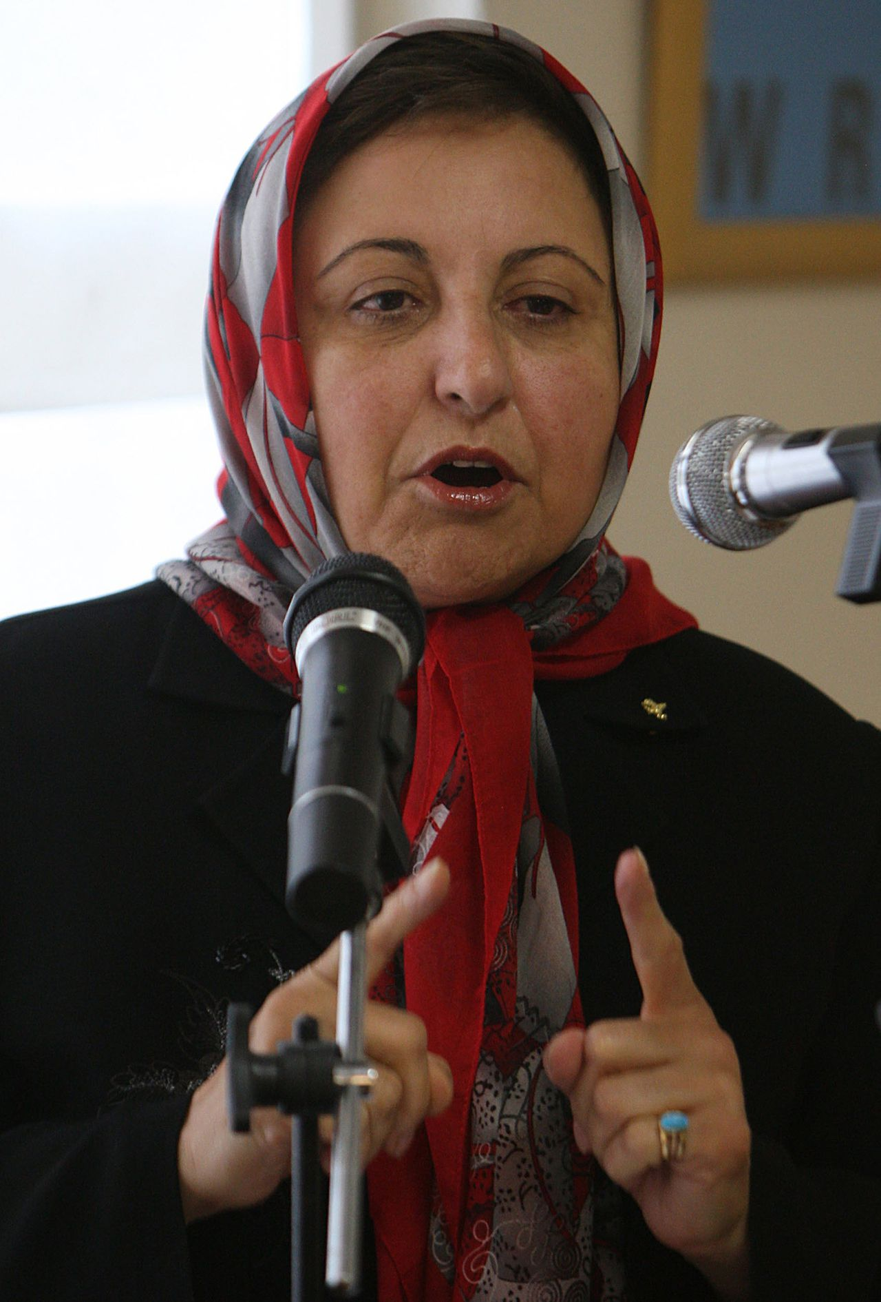 """Shirin Ebadi. (Foto AFP) (FILES) In a file picture dated June 30, 2008, Iranian Nobel peace laureate and women rights activist Shirin Ebadi speaks during a press conference in Tehran. Iranian police shut down the office of a human rights group headed by Ebadi on December 21, 2008, the deputy head of the Human Rights Defenders Centre, Narges Mohammadi, said. She said dozens of policemen had gathered in front of the group's office in northwest Tehran and that the officials had not """"shown a judicial warrant but only provided the number of a warrant."""" AFP PHOTO/ATTA KENARE"""