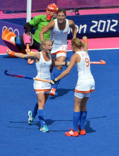 Maartje Goderie of Netherlands celebrates with Kim Lammers (L) and Carlien Heuvel Den Van Dirkse (back) after scoring a goal against China during their London 2012 Olympic Games women's field hockey preliminary match at the Riverbank Arena in London on August 2, 2012. AFP PHOTO/ INDRANIL MUKHERJEE
