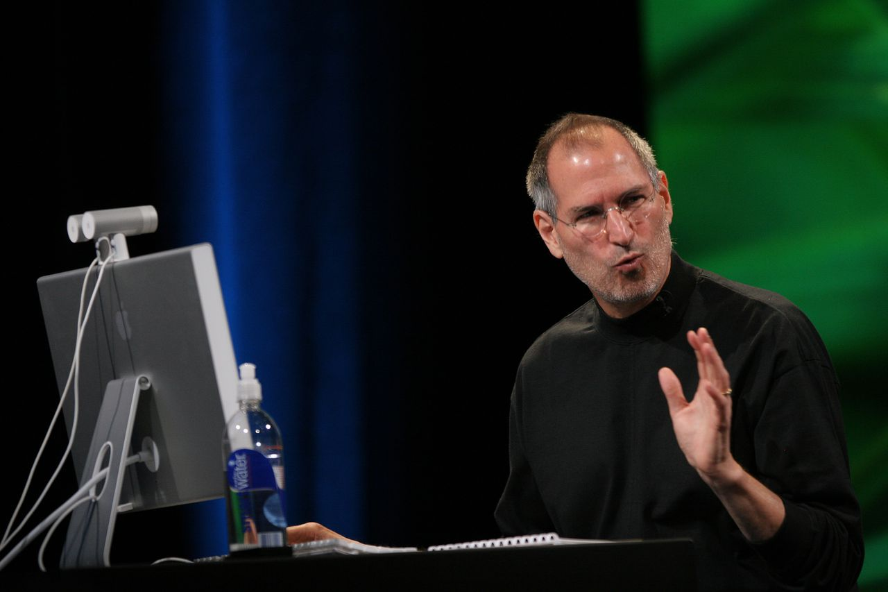 Steve Jobs, baas van Apple. Apple Inc. CEO Steve Jobs gives the keynote address on the opening day of the Apple Worldwide Developers Conference 2007 (WWDC 07) at the Moscone Center West in San Francisco, California 11 June 2007. Developers and IT professionals from around the globe come together for the Apple Worldwide Developers Conference that runs 11-15 June to connect with Apple engineers and get a firsthand look at the latest technologies.AFP PHOTO / Robyn BECK