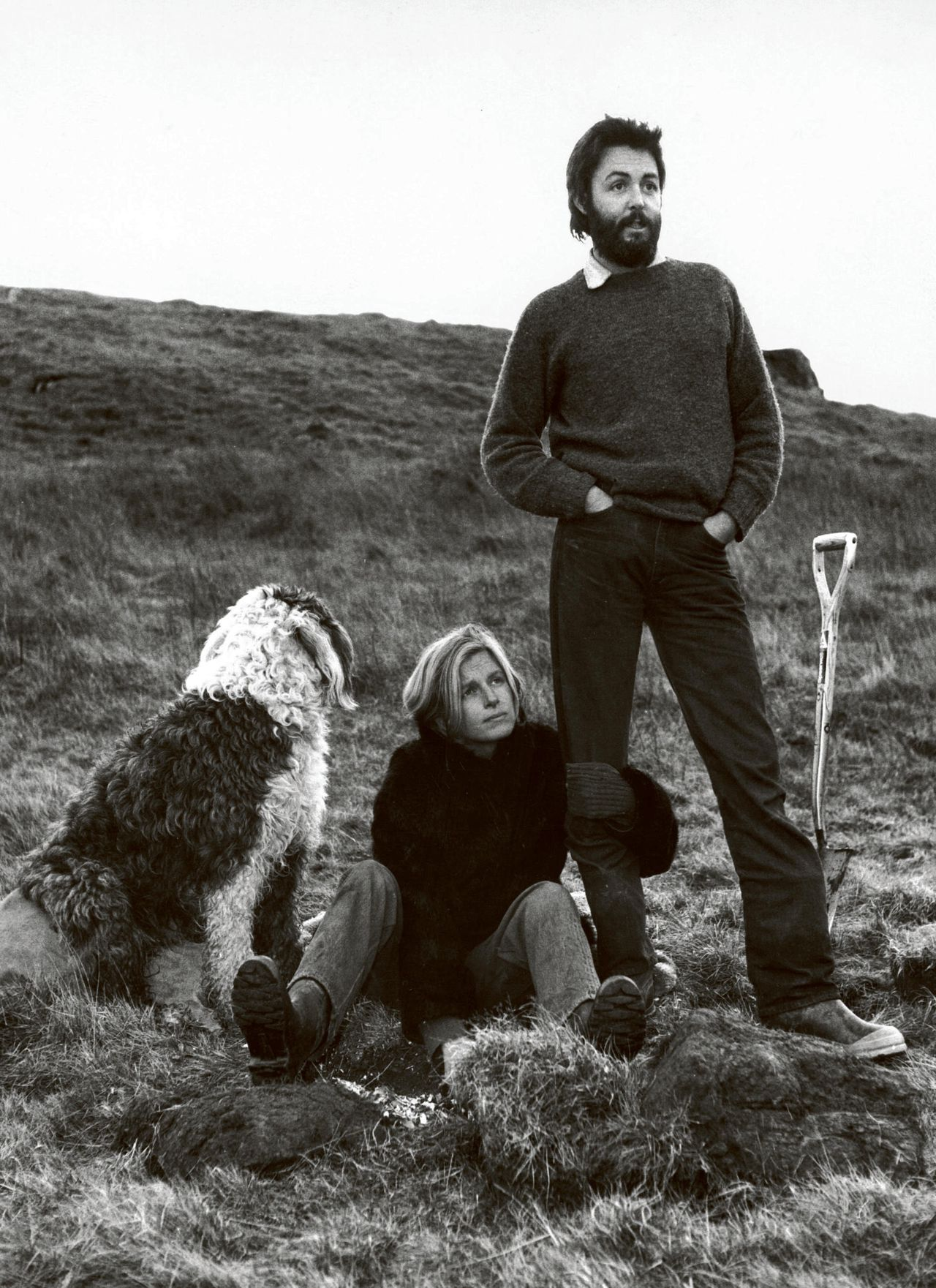 Paul en Linda McCartney met hun hond Martha bij High Park Farm in het Schotse Mull of Kintyre (januari 1970).