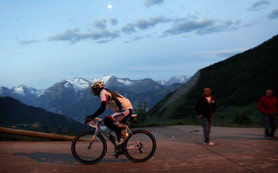 Een fietser op de Alpe d'Huez in Frankrijk op de slotdag vorig jaar.