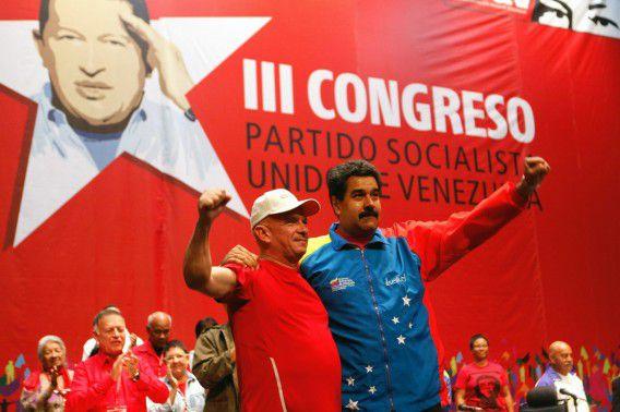 De Venezolaanse president Nicolas Maduro (R) verwelkomt Hugo Carvajal (L) bij zijn thuiskomst in Caracas.