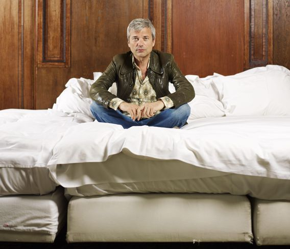 Jan Leyers, op een bed.