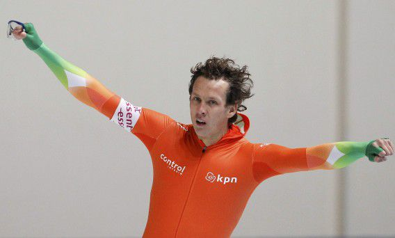 Stefan Groothuis of the Netherlands reacts after skating in the men's 1000m at the Essent ISU speed skating World Cup in Chelyabinsk, November 20, 2011. REUTERS/Grigory Dukor (RUSSIA - Tags: SPORT SPEED SKATING)