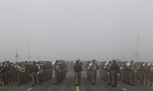 Policemen march amid heavy fog during a rehearsal for the Republic Day parade in New Delhi January 8, 2011. India will celebrate its annual Republic Day on January 26. REUTERS/Adnan Abidi (INDIA - Tags: ANNIVERSARY ENVIRONMENT)