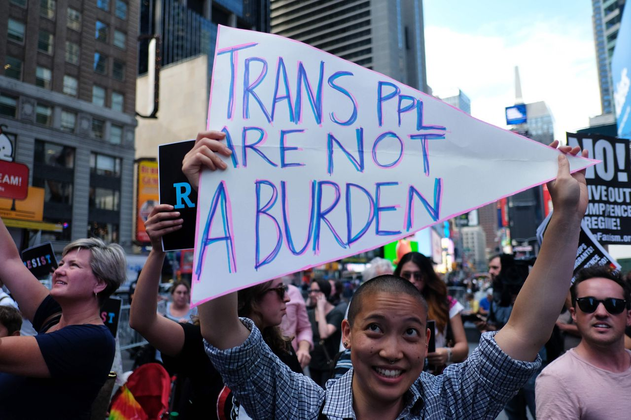 Demonstranten op Times Square in New York vlak nadat Trump de transgenderban in tweets aankondigde.