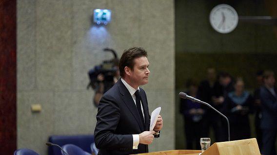 Frans Weekers maakte tijdens een debat in de Tweede Kamer bekend dat hij opstapt.