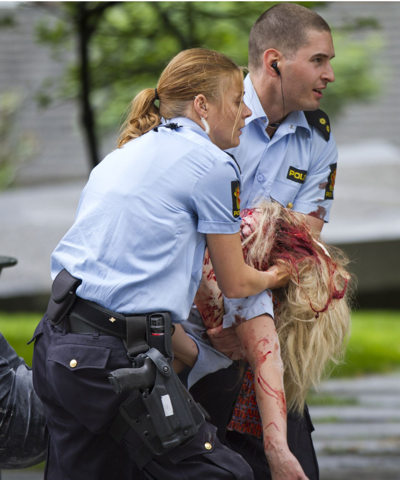 A woman is carried by emergency workers at the scene after an explosion in Oslo, Norway, Friday July 22, 2011. A loud explosion shattered windows Friday in several buildings including the government headquarters in Oslo which includes the prime minister's office, injuring several people. Prime Minister Jens Stoltenberg is safe, government spokeswoman Camilla Ryste told The Associated Press. (AP PHOTO / Thomas Winje, Scanpix) NORWAY OUT