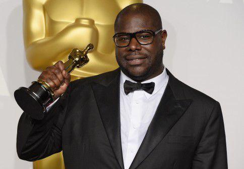 Engelse regisseur Steve McQueen op 2 maart 2014 met in zijn handen de Oscar voor Beste Film voor '12 Years a Slave'.
