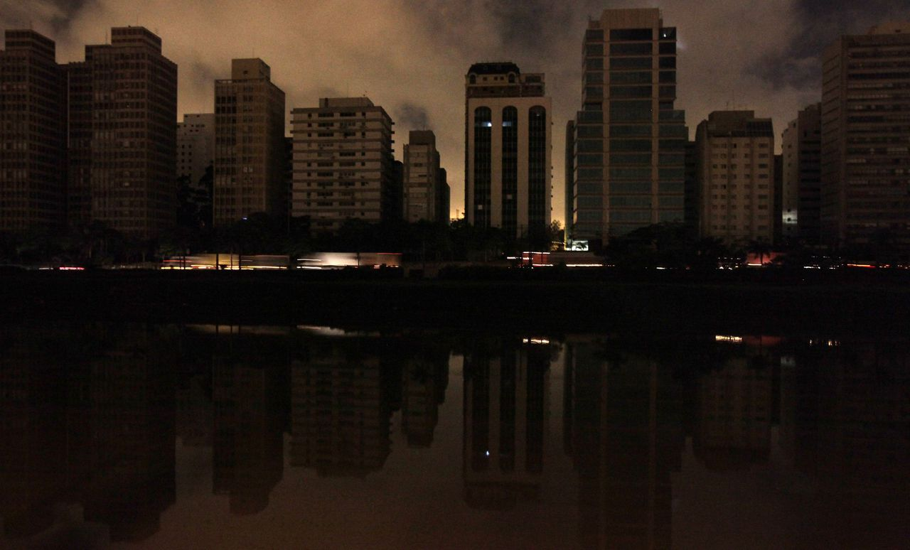 Auto's rijden over een viaduct in São Paulo tijdens de grote stroomstoring waardoor gisteravond zeker tien Braziliaanse deelstaten urenlang in het duister gehuld waren. Foto Reuters Cars cross a freeway during a blackout in Sao Paolo November 11, 2009. A major electricity outage at the Itaipu hydroelectric dam, the world's largest operational electricity generator on the border with Paraguay, left tens of millions of people in Brazil's two largest cities of Sao Paulo and Rio De Janeiro without power, according to the Brazilian director of the dam. REUTERS/Paulo Whitaker (BRAZIL ENERGY TRANSPORT)