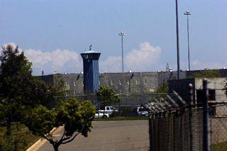 In Surviving Maximum Security een portret van de California State Prison (foto) in Sacramento, een zwaarbeveiligde gevangenis voor mannen. De inrichting telt 3500 mensen, die vastzitten voor moord, verkrachting en kindermishandeling. Deze documentaire schetst een beeld van het leven van de gedetineerden en bewakers. Aan de orde komen de dagelijkse conflicten, inspecties naar wapens, handel in drugs, opstanden en alcoholgebruik. National Geographic, 23.00-24.00u.