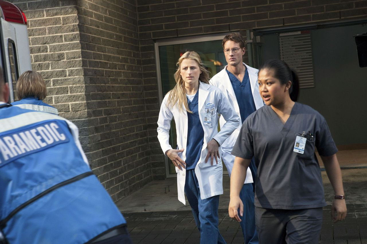 """EMILY OWENS, M.D. """"Pilot"""" Image Number: EO100d_1334b/jpg. Pictured (L-R): Mamie Gummer as Emily and Justin Hartley as Will. Photo: Jack Rowand/The CW ©2012 The CW Network. All Rights Reserved."""