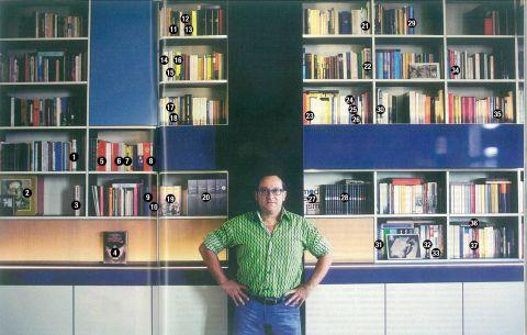 Tom Lanoye voor zijn boekenkast,